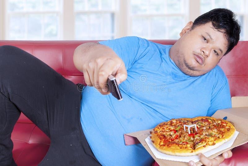 Mann isst Pizza nur Normalgewichtige